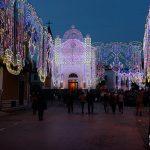 La piazza con la chiesa di Sant'Antonio Abate con le luminarie della festa (ph Daniela Cesarini)