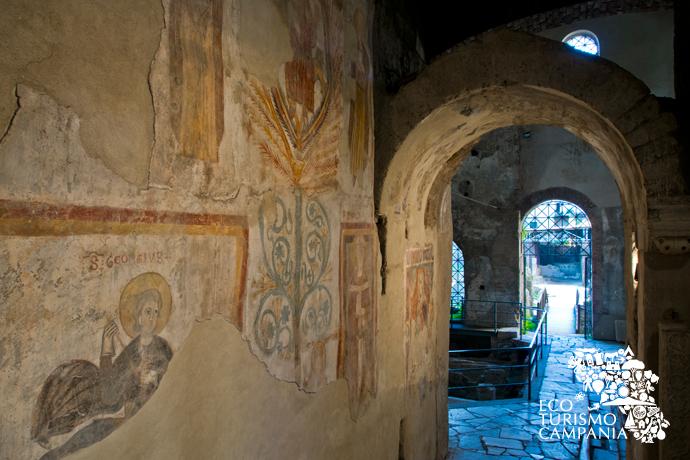 """Affreschi all'ingresso della Basilica """"vetus"""" di San Felice, Cimitile (ph Gianfranco Adduci)"""
