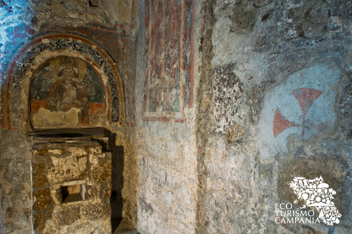 Affresco presso la Basilica dei SS Martiri, a Cimitile, con la Maddalena incoronata e una Croce di Malta (ph Gianfranco Adduci)