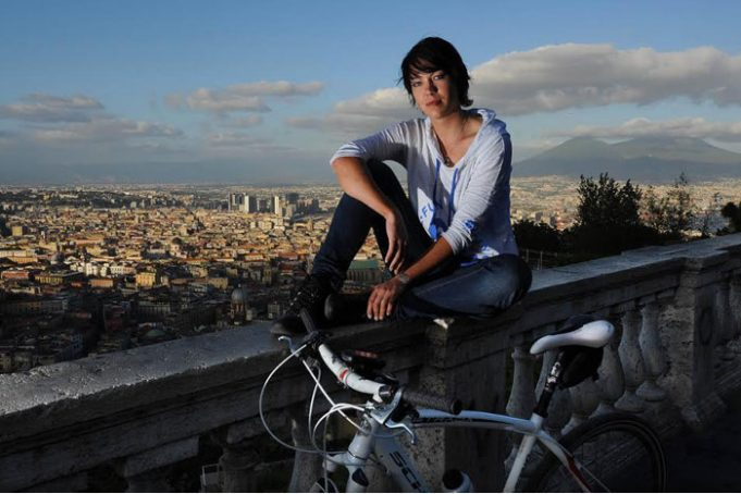 Juliana Buhring in bici a Napoli