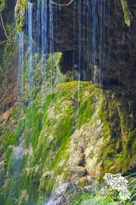 """Giochi cromatici con l'acqua presso la """"Grotta del muschio"""", nell'Oasi WWF Valle della Caccia, a Senerchia, Irpinia (ph Gianfranco Adduci)"""
