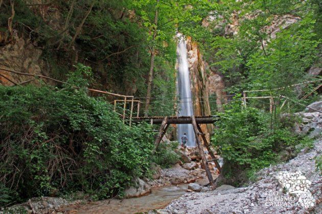La cascata del torrente Acquabianca nell'Oasi WWF Valle della Caccia a Senerchia, meta finale dell'itinerario naturalistico (ph Gianfranco Adduci)