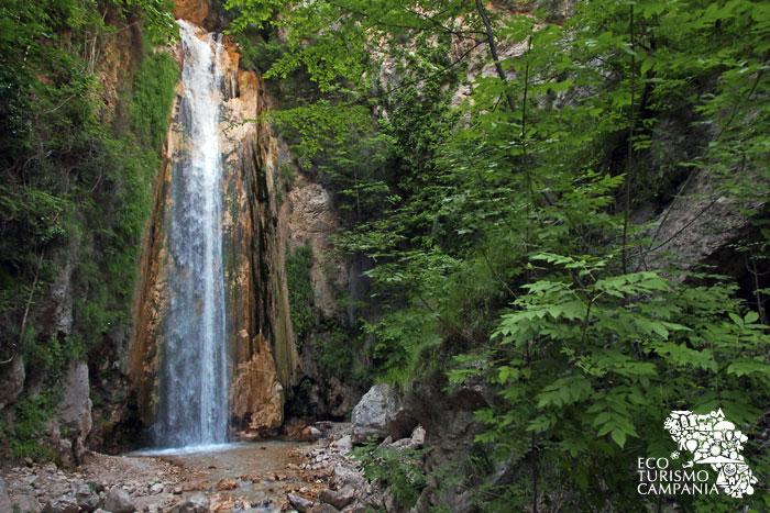 La cascata del torrente Acquabiancha nell'Oasi WWF Valle della Caccia, a Senerchia, nell'alta Valle del Sele, in Irpinia, Campania (ph Gianfranco Adduci)