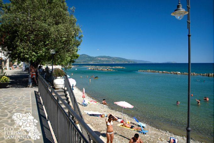 Panorama della spiaggia e del lungomare di Pollica (SA), nel Cilento (ph Gianfranco Adduci)