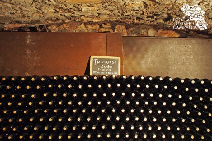 Le bottiglie di Taurasi Macchia dei Goti 2010 nelle Cantine Caggiano (ph Gianfranco Adduci)