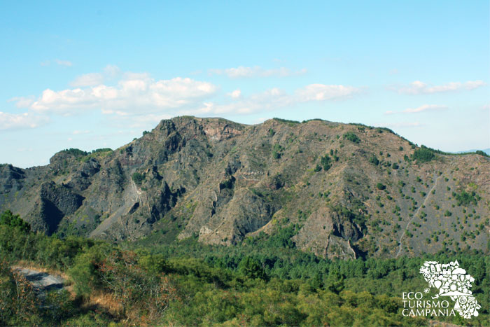 La cresta del Monte Somma vista dal Vesuvio (ph Umberto Saetta)