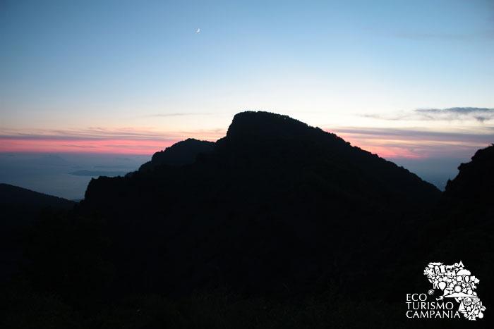 """Il profilo della """"Punta Nasone"""", vetta del Monte Somma, al tramonto (ph Umberto Saetta)"""