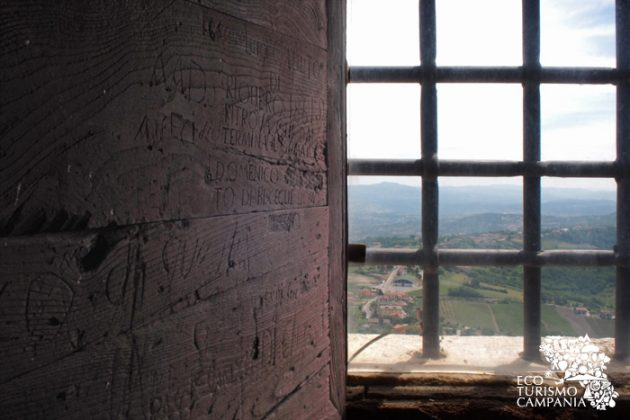 Le incisioni dei condannati sulle finestre del Carcere Borbonico di Montefusco (ph Gianfranco Adduci)