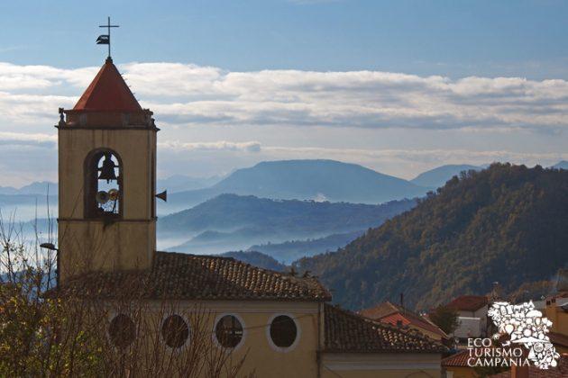 La Chiesa del Carmine e i boschi di Montefusco (ph Gianfranco Adduci)