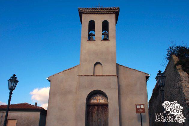 L'antica chiesa di San Bartolomeo a Montefusco, all'ingresso del borgo (ph Gianfranco Adduci)