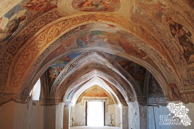 Le volte affrescate dell'Oratorio di San Giacomo, nel borgo storico di Montefusco (ph Gianfranco Adduci)