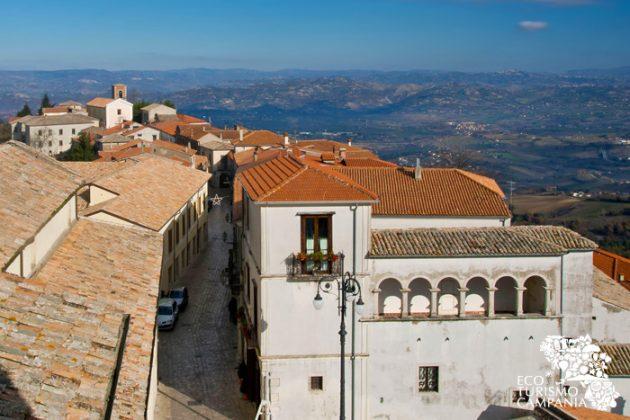 Panorama del borgo di Montefusco con Palazzo Ruggiero (ph Gianfranco Adduci)