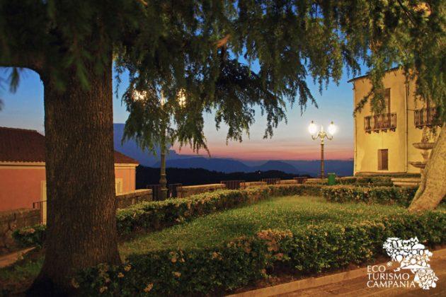 Uno dei belvedere di Montefusco con panorama sulla dormiente del Sannio (ph Gianfranco Adduci)