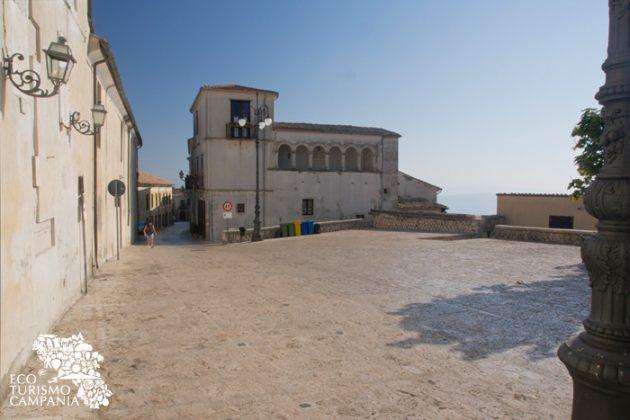 Piazza Castello con il loggione rinascimentale del Palazzo Ruggiero, a Montefusco, Irpinia (ph Gianfranco Adduci)