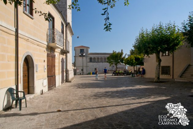 L'ingresso a Piazza Castello, nel borgo di Montefusco (ph Gianfranco Adduci)