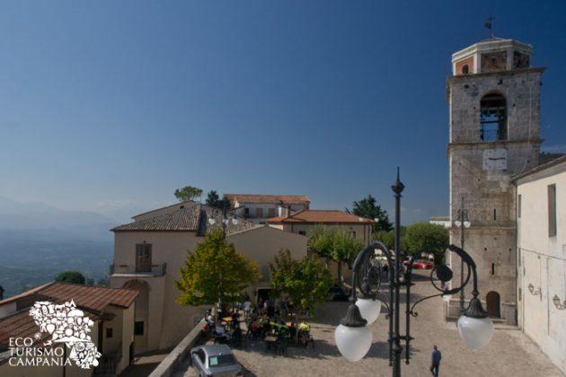 Piazza Castello con la torre campanaria nel borgo di Montefusco (ph Gianfranco Adduci)