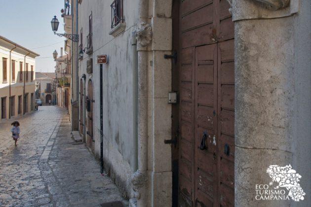 Via Curcio, la principale via del Borgo di Montefusco (ph Gianfranco Adduci)