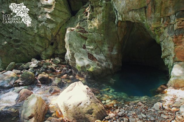 La grotta da cui fuoriesce il Sammaro (ph Gianfranco Adduci)