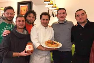 Aniello Falanga con i ragazzi di Radio Siani, Agostino Casillo e Francesco Ranieri