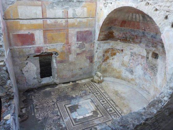 """Sala absidata della """"Villa Augustea"""" con pavimento e pareti decorate"""