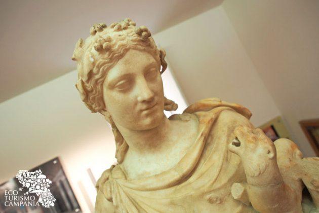 Statua di Dioniso/Bacco ritrovata a Somma Vesuviana, dettaglio del volto e della pantera