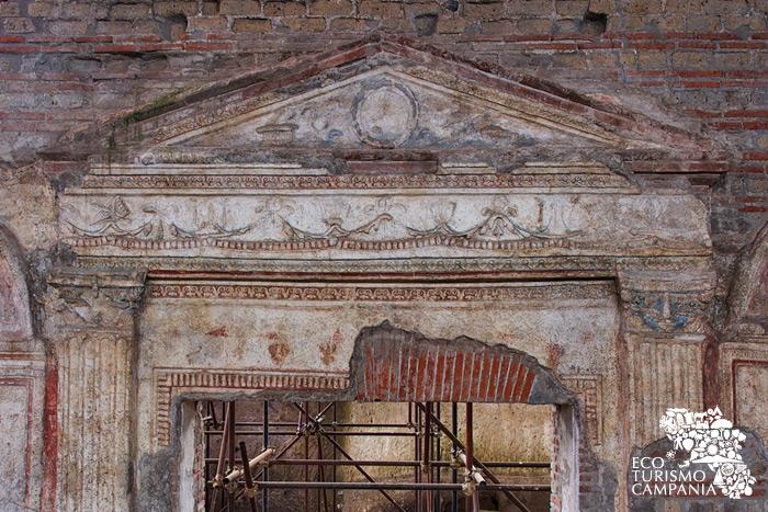 Il portale decorato nel sito di Somma Vesuviana