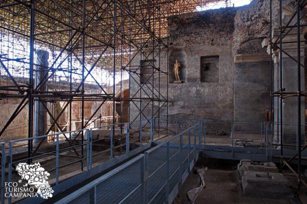 """Sala con colonnato presso la """"villa dionisiaca"""" di Somma Vesuviana"""