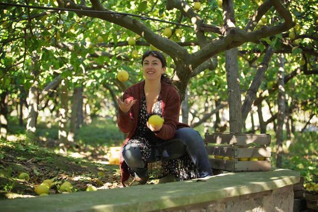 Sofia de Capoa nel suo limoneto ecosostenibile a Napoli