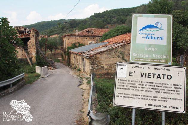 Cartelli di ingresso al paese-museo di Roscigno vecchia (foto di Gianfranco Adduci)