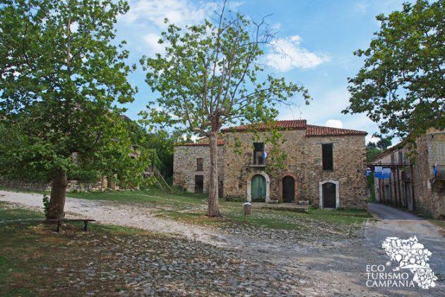 Entrata nel borgo di Roscigno vecchia (foto di Gianfranco Adduci)