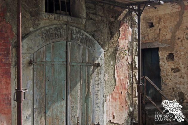 Insegne scolorite delle botteghe nel borgo abbandonato di Roscigno vecchia (foto di Gianfranco Adduci)