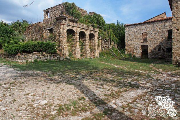 Edificio antico nel borgo cilentano di Roscigno vecchia (foto di Gianfranco Adduci)