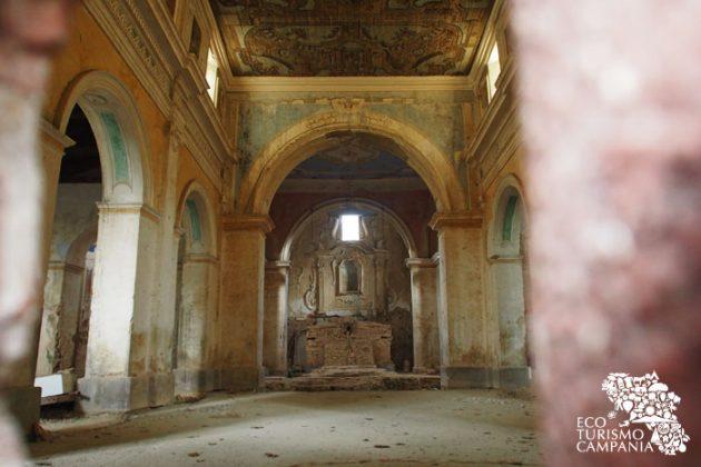 Interno della Chiesa di San Nicola di Bari a Roscigno vecchia con il tavolato ligneo (foto di Gianfranco Adduci)