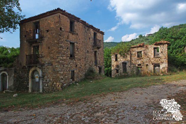 Case pericolanti nel borgo abbandonato di Roscigno vecchia (foto di Gianfranco Adduci)