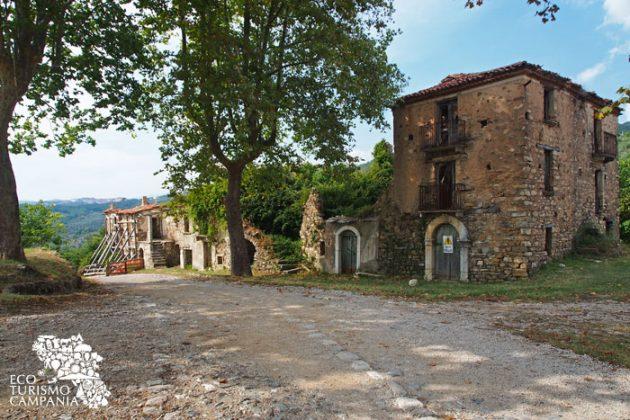 Case puntellate nel paese fantasma di Roscigno vecchia (foto di Gianfranco Adduci)