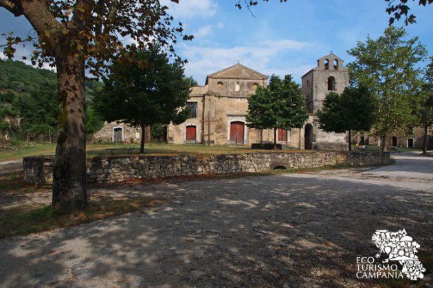 Piazza Giovanni Nicotera a Roscigno vecchia con la Chiesa (foto di Gianfranco Adduci)