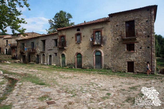 Case contadine e botteghe nel borgo di Roscigno vecchia (foto di Gianfranco Adduci)