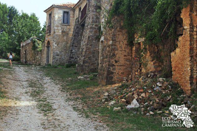 Una delle vie del borgo-museo di Roscigno vecchia (foto di Gianfranco Adduci)