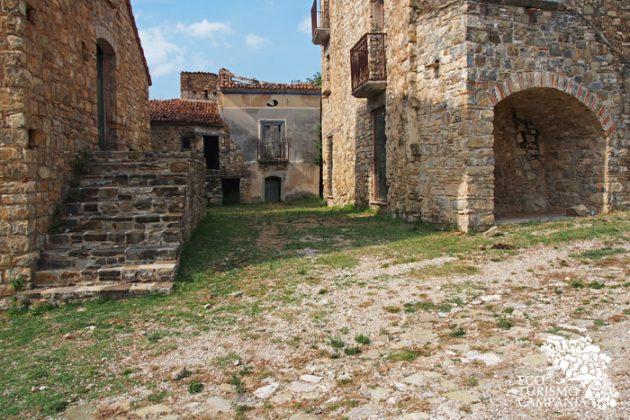 Agglomerati di case nel borgo abbandonato di Roscigno vecchia (foto di Gianfranco Adduci)
