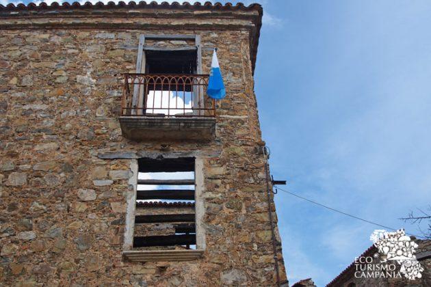 Balconcini in ferro battuto nel borgo di Roscigno vecchia (foto di Gianfranco Adduci)