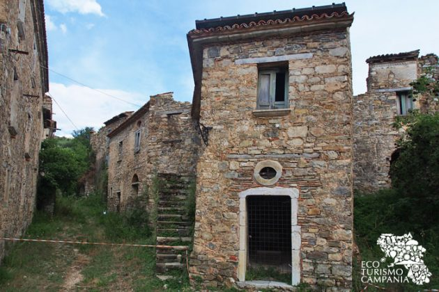 Aree interdette nel borgo fantasma di Roscigno vecchia (foto di Gianfranco Adduci)