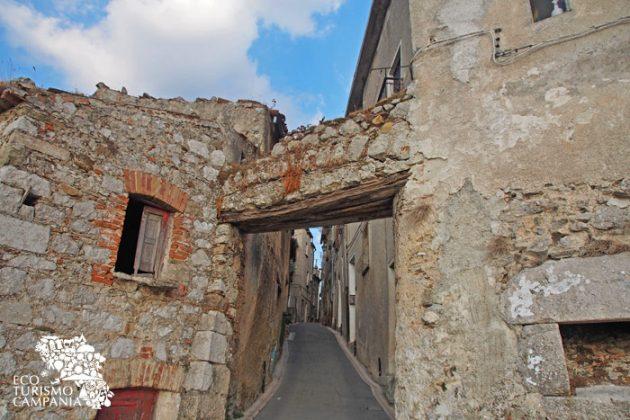 L'antica porta di Marvicino a Caggiano (ph Gianfranco Adduci)