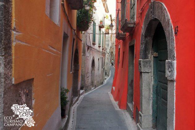 Vie del borgo di Caggiano (ph Gianfranco Adduci)