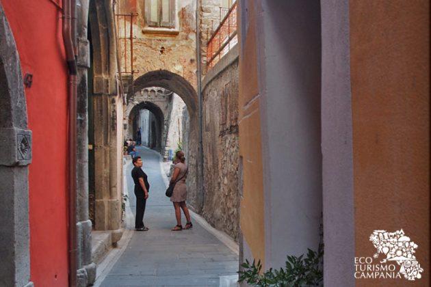 Archi e supportici nel centro storico di Caggiano (ph Gianfranco Adduci)