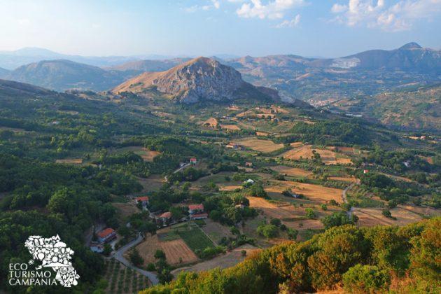 Panorama sul Monte San Giacomo sulla valle del da Caggiano (ph Gianfranco Adduci)