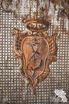 Stemmi nobiiari nel centro storico di Caggiano (ph Gianfranco Adduci)