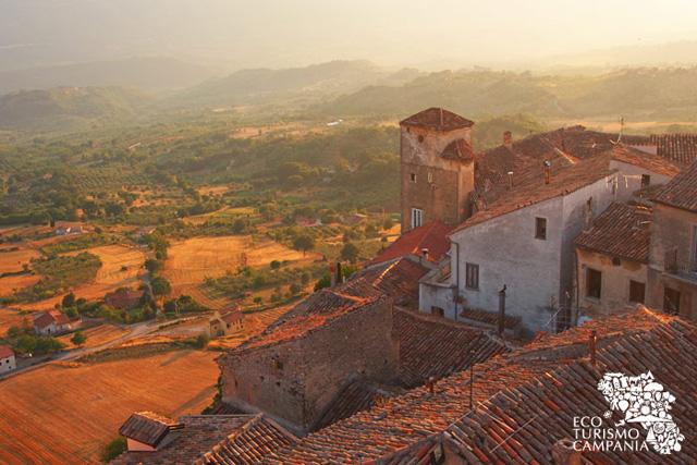 Tramonto sul borgo di Caggiano visto dal Castello (ph Gianfranco Adduci)