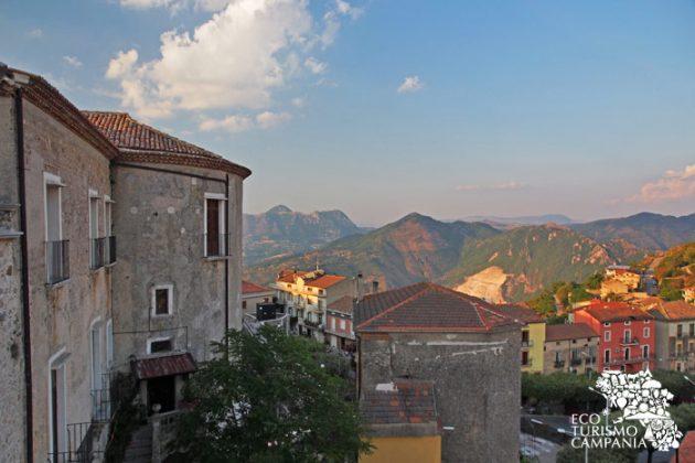 Una delle torri del Castello di Caggiano (ph Gianfranco Adduci)