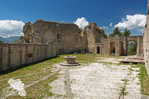 Castello di Laviano, corte interna con pozzo in pietra (ph Gianfranco Adduci)