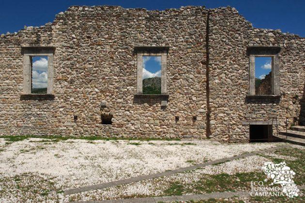 Castello di Laviano, mura interne (ph Gianfranco Adduci)
